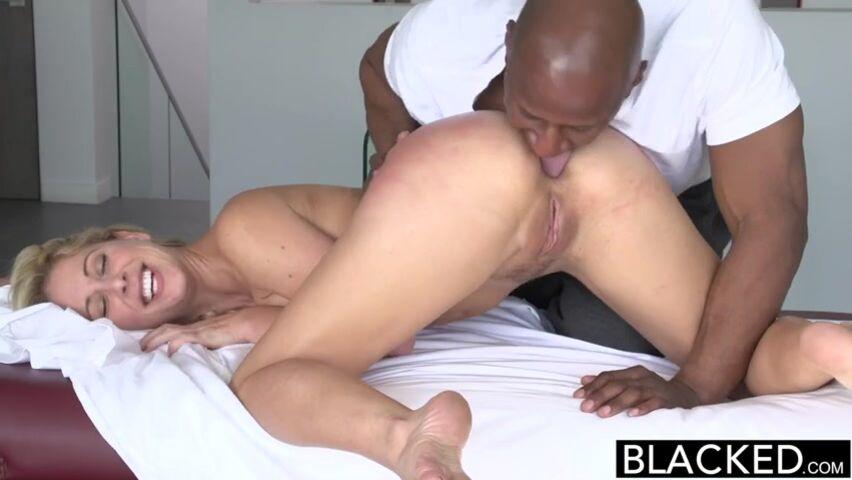 Негр с огромным пенисом насладился глубоким минетом и поимел брюнетку в киску